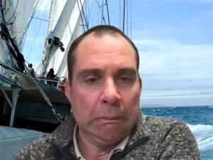 """""""Jongens, wat een kieken"""": N-VA-raadslid vergeet microfoon uit te schakelen op gemeenteraad en scheldt Peter Mertens (PVDA) uit"""