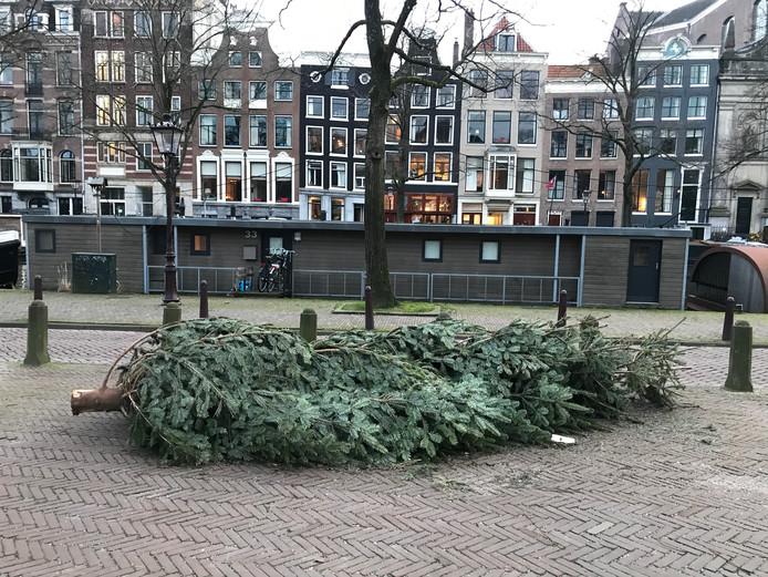 De grote kerstboom die kortgeleden nog in brasserie Nel schitterde.