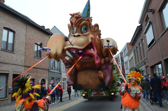 Nie Geweun viert haar 25-jarig bestaan met beesten die metershoog de lucht ingingen. De groep werd de winnaar bij de groepen met wagen.