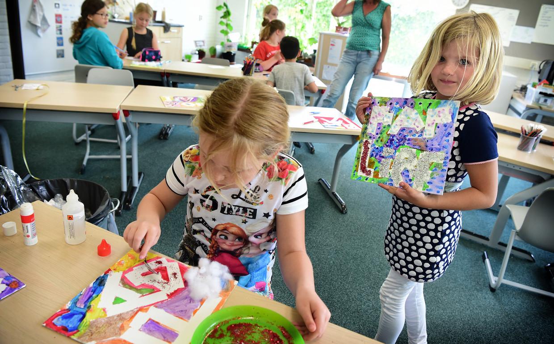 Kinderen van groep 3 en 4 van de Gravin van Rechterenschool in Appeltern maken een cadeautje voor Vaderdag.  Beeld null