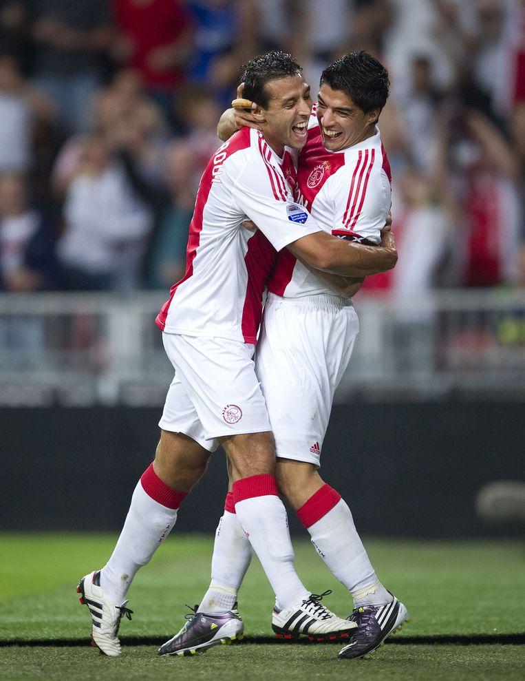 El Hamdaou en Luis Suarez juichen na het tweede doelpunt tegen Roda JC in 2010. Beeld anp