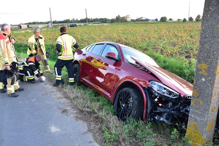 De BMW X4 strandde tegen een elektriciteitspaal in de Kleine Kauwentijnstraat.
