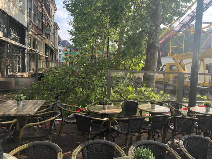 Gevallen takken zorgden voor schade aan het terrasmeubilair van Jasmins