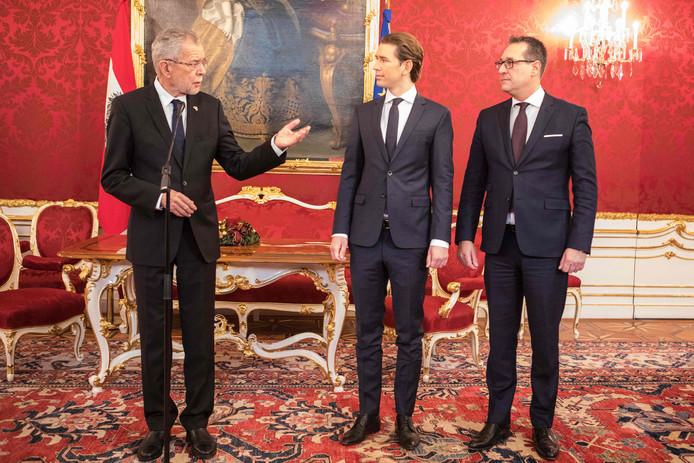 Sebastian Kurz (midden) en Heinz-Christian Strache (rechts) melden president Alexander Van der Bellen dat zij het eens zijn geworden over de vorming van een coalitieregering die beschikt over een ruime meerderheid in het parlement.