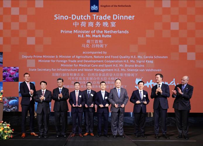 BYD werd in 2018 door de Netherlands Foreign Investment Agency uitgeroepen tot een van de vijf belangrijkste Chinese investeerders in Nederland. Directeur Isbrand Ho van BYD Europe (vierde van rechts) nam de award in ontvangst tijdens een Nederlandse handelsmissie naar China onder leiding van premier Rutte.