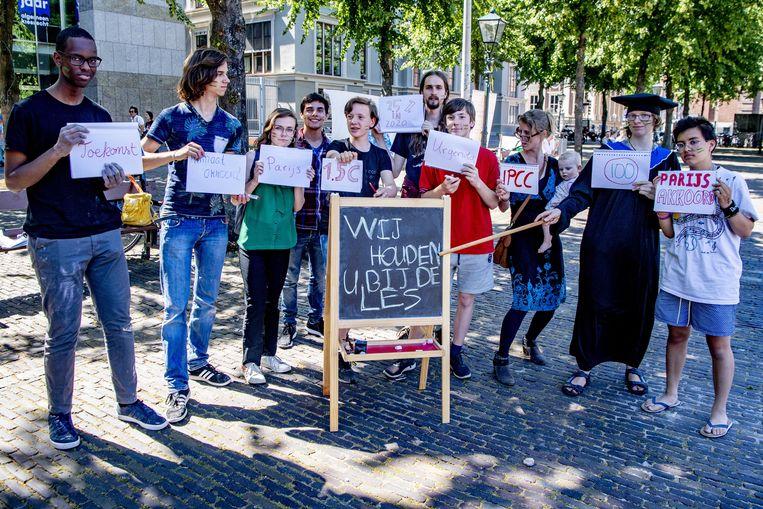Studenten, moeders en grootouders protesteren op 28 juni 2019 tegen het Klimaatakkoord op Het Plein in Den Haag.  Beeld ANP