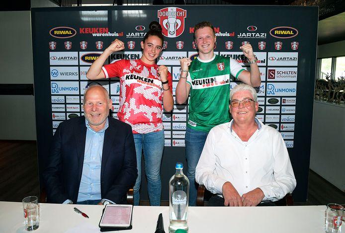 Algemeen directeur van FC Dordrecht Hans de Zeeuw en Jos Verkerk van Keukenwarenhuis.nl (op de voorgrond) zijn content over het hoofdsponsorschap. Fleur Amperse en Jordi Fok showen de nieuwe tenues voor het komend seizoen.