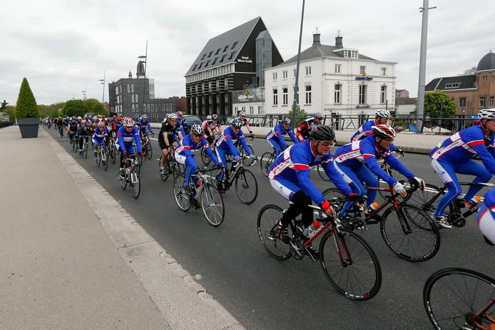 Sfeerbeeld van een eerdere editie van de Helmond Tour: het peloton op de Kasteel-Traverse.