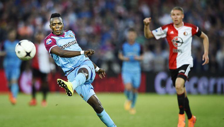 Bertrand Traoré kegelt de bal net naast het doel van Feyenoord. Sven van Beek kijkt toe. Beeld Guus Dubbelman / de Volkskrant