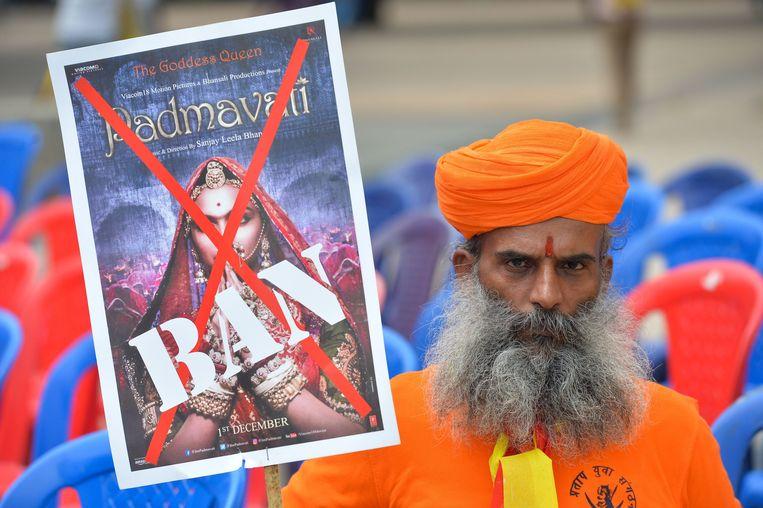 Demonstranten in de Indiase stad Bangalore protesteerden eerder deze maand tegen het uitbrengen van de Bollywoodfilm Padmavati. De hetze gaat uit van een organisatie van de hoge Rajputkaste, waartoe ook de man van Padmavati behoorde. Beeld AFP