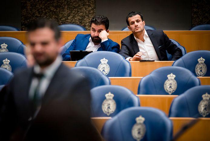 De Denk-Kamerleden (van links naar rechts) Tunahan Kuzu,  Selçuk Öztürk en Farid Azarkan eerder in de grote vergaderzaal van de Tweede Kamer.