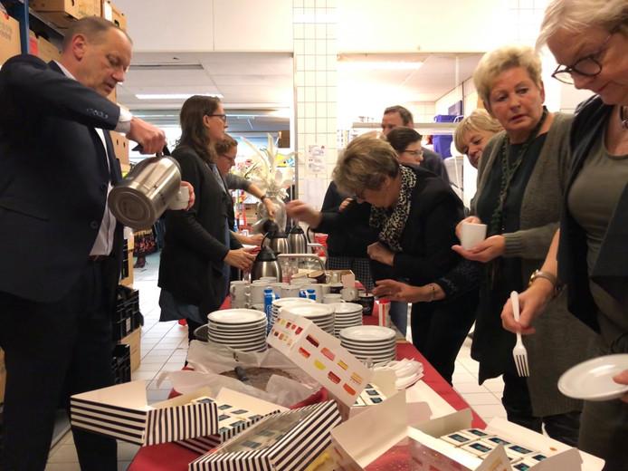 Wethouder Cees Lodder (LPM) schenkt koffie en deelt gebak uit aan vrijwilligers van de Kledingbank Zeeland tijdens Nationale Vrijwilligersdag