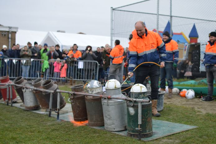 Lennard Berrevoets, voorzitter van de Carbid Stichting Tholen, laat de melkbussen knallen.