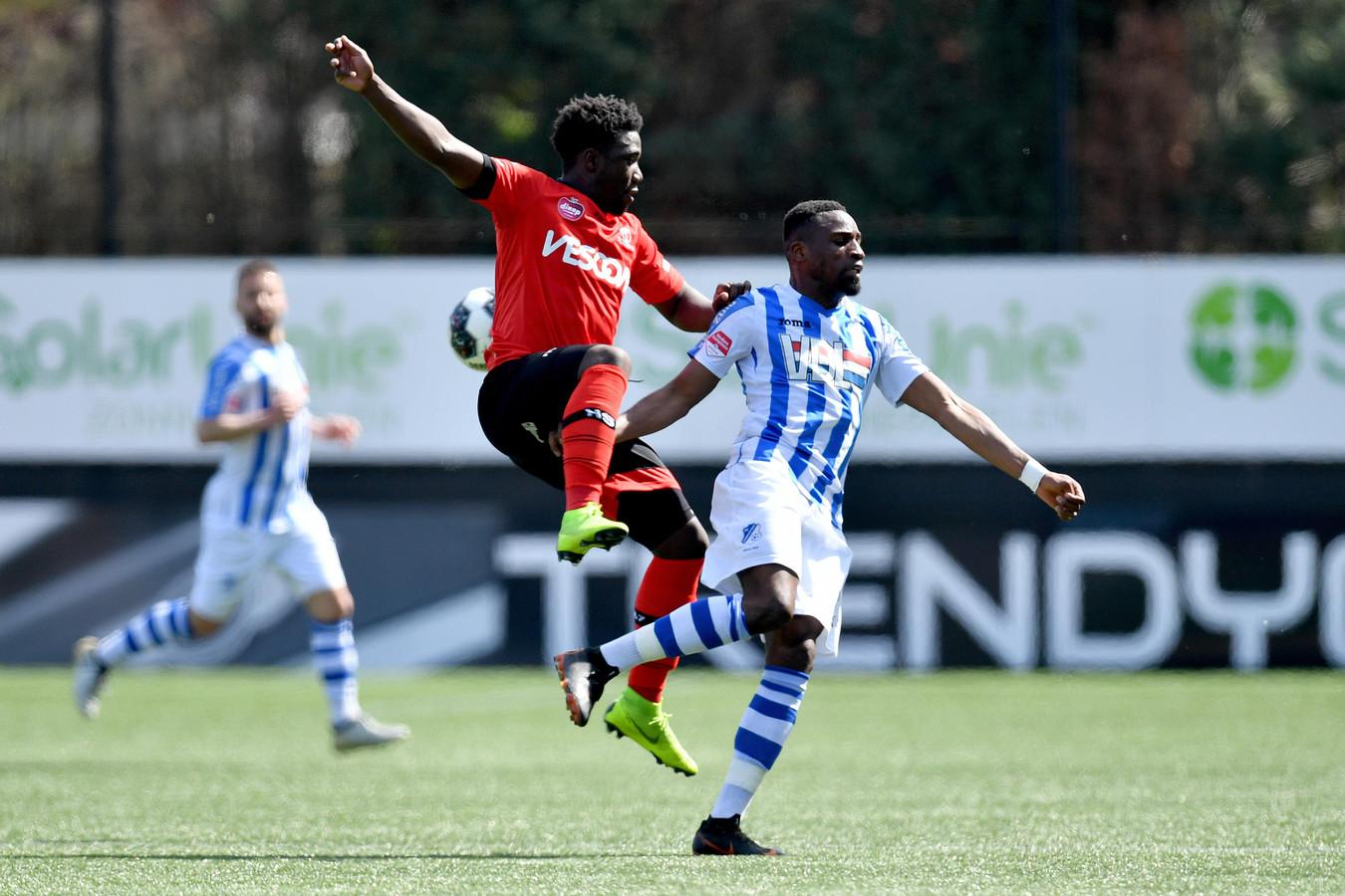 Maiky Fecunda (links) namens Helmond Sport in duel met Elton Kabangu van FC Eindhoven.