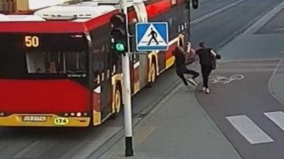Meisje krijgt duw van vriendin en wordt net niet geraakt door bus