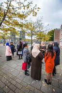 Schilderswijk-moeders op het schoolplein, dé plek waar ze andere vrouwen aanspreken om te checken of ze hulp nodig hebben -  DEN HAAG 11 OKTOBER 2017 - FOTO NICO SCHOUTEN
