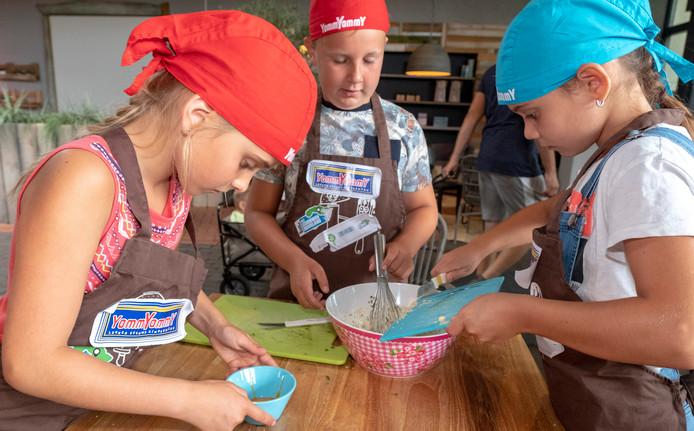 Tara (l), Lucas (m) en Lize (r) leggen de laatste hand aan hun romige garnalensalade met zeekraal.