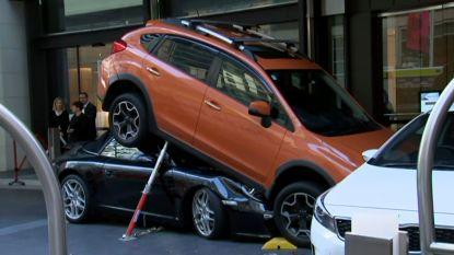 Die heeft zijn dag niet: hotelmedewerker parkeert Porsche van gast onder andere wagen
