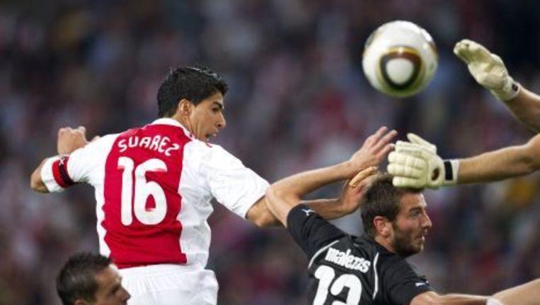 Luis Suarez van Ajax in duel met Miroslaw Sznaucner (L) en Srelios Malezas van Paok, woensdag tijdens de eerste wedstrijd van de derde vooronde voor de Champions League. Foto ANP Beeld