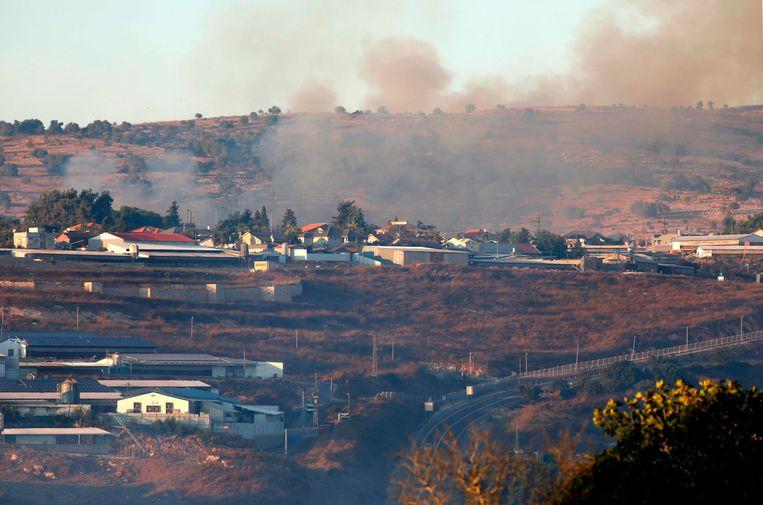 Rook stijgt op na beschietingen in de omgeving van de Israëlische plaats Avivim, dichtbij de grens met Libanon. Beeld AFP
