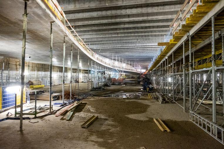 De tunnel onder het Operaplein begint vorm te krijgen. Links zien we de rijbaan. Rechts de parking. Ook onder de rijbaan komen parkeerplaatsen.