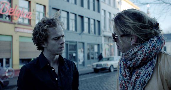 Een beeld uit de film van acteur Stef Aerts voor de gevel van café Afsnis bij Sint-Jacobs.