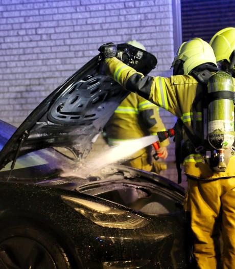 Tesla in brand gestoken aan De Boekweit in Heesch, echtgenoot hoorde autoband ontploffen
