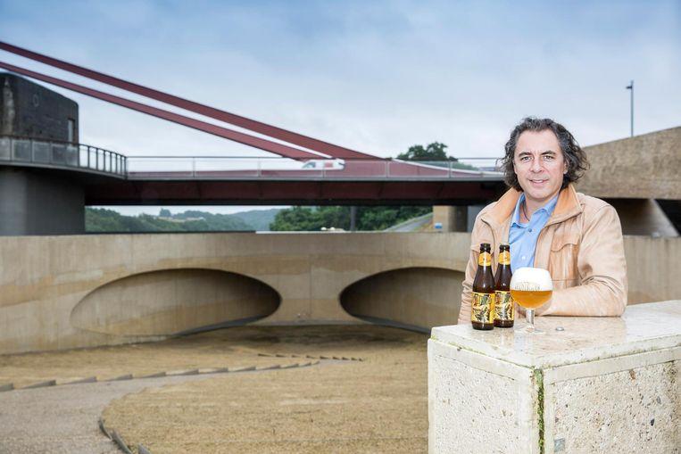 Jürgen Bollen met het nieuwe biertje 'Oudstrijder' in Vroenhoven.