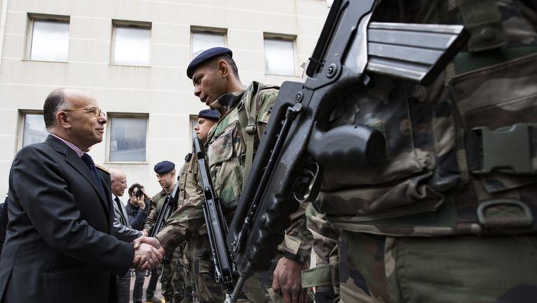 Minister Bernard Cazeneuve samen met de troepen van een Franse anti-terreureenheid in Cannes. Beeld epa