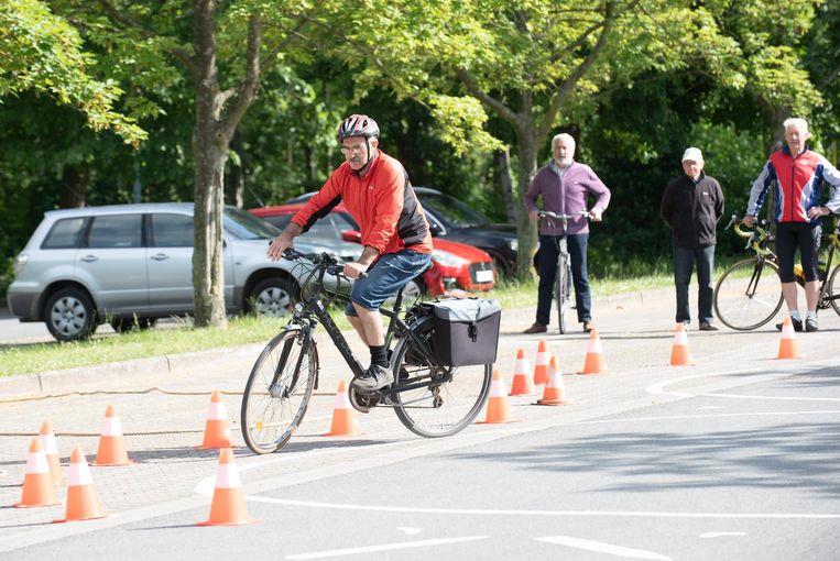 Na de leerlingen was het de beurt aan de senioren om hun fietsexamen af te leggen.