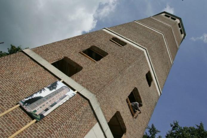 De Olster watertoren ziet er momenteel wat geschonden uit. Dat wordt de komende tijd nog wat erger. De gaten worden uiteindelijk ramen voor vijf appartementen. Foto GERARD VRAKKING