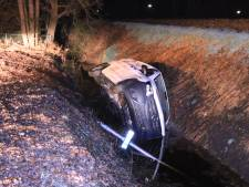 Busje belandt in de berm in Overberg, beschonken bestuurder is rijbewijs kwijt