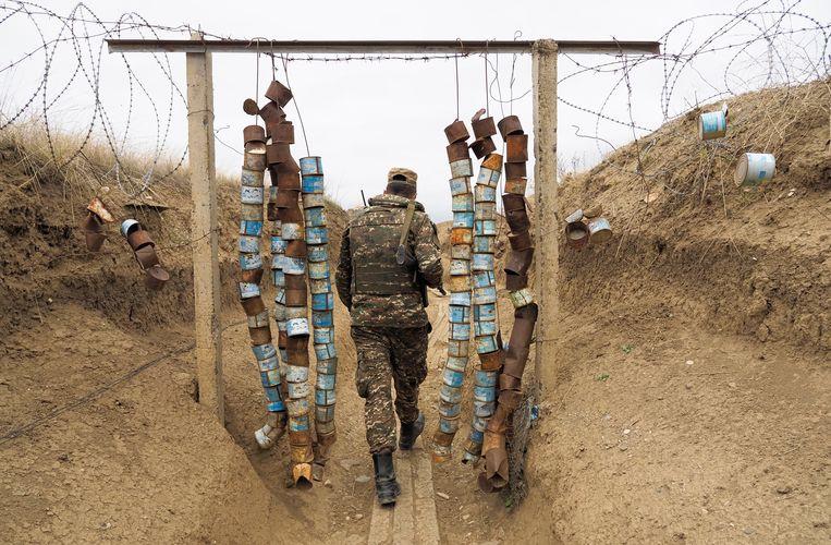 Een Armeense soldaat in een loopgraaf in het conflictgebied langs de grens met Nagorno-Karabach.  Beeld AP