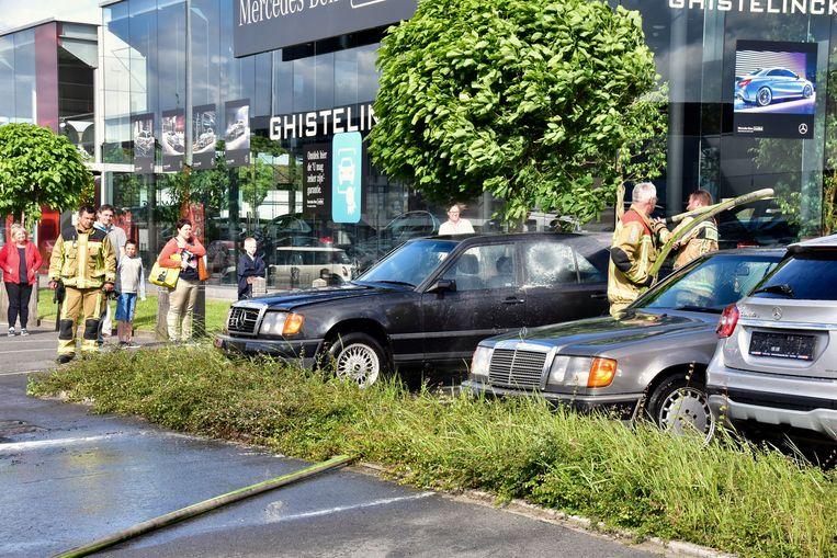 Nadat de Peugeot geblust was, spoot de brandweer nog wat roetdeeltjes van auto's die vlakbij geparkeerd stonden.