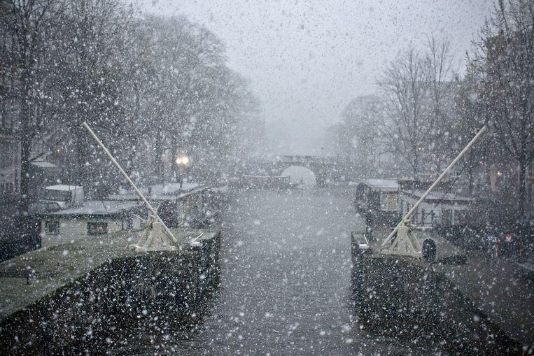 Sneeuw op de Prinsengracht in Amsterdam.  Beeld null