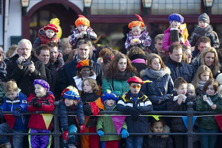 Grote en kleine inwoners wachten op de komst van Sinterklaas. Beeld ANP