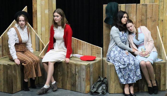 Beeld uit de repetitie voor Anne Frank & Ik door de jongerengroep van Naat Piek.