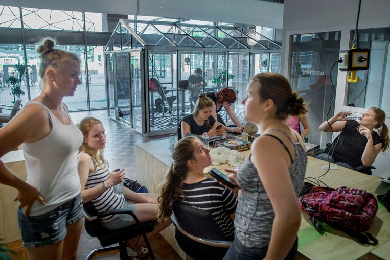 BrainZ aan het Lübeckplein: een van de nieuwe voorzieningen voor studenten, met onder meer een loungegedeelte, twee glazen kassen met stiltewerkplekken en een auditorium. Beeld Herman Engbers