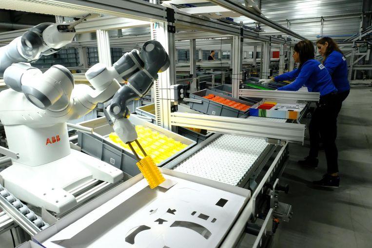 Werknemers aan de slag in de nieuwe productieruimte.