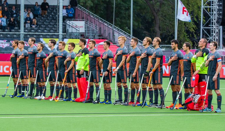 Het Nederlands team tijdens het volkslied voorafgaand aan de wedstrijd. Beeld ANP
