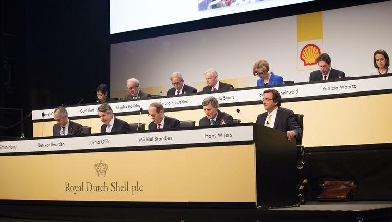 De Shelltop tijdens de afgelopen aandeelhoudersvergadering (buiten beeld nog Gerrit Zalm). Drie van de dertien zijn vrouw. Beeld Arie Kievit