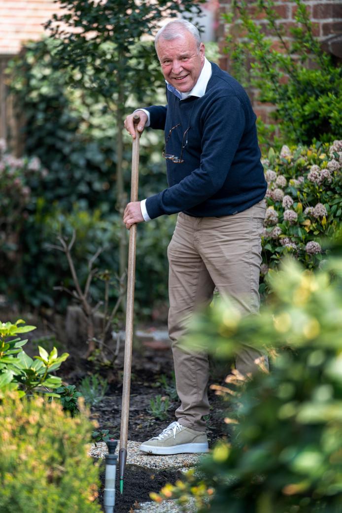 Jos van Son werkt in zijn tuin. Mooie manier om zijn hoofd leeg te maken, veel beter dan de fles.