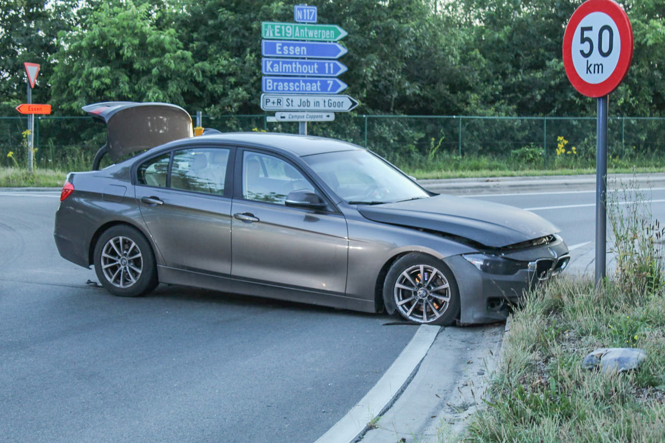 De BMW crashte net voorbij de afrit Sint-Job-in-'t-Goor.