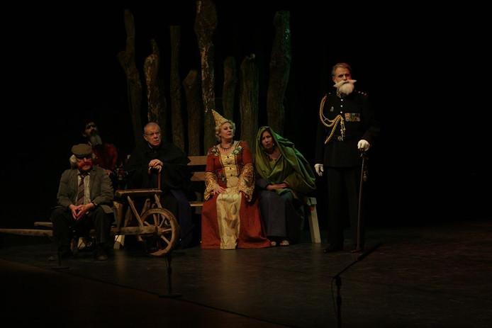 De zes hoofdpersonen uit De Canon van HIlvarenbeek (vlnr): Willem Smulders alias De Rooie, Fik, Johannes Goropius Becanus, PC de Brouwer, Johanna van Brabant, Hildewaris en luitenant-kolonel Majoie