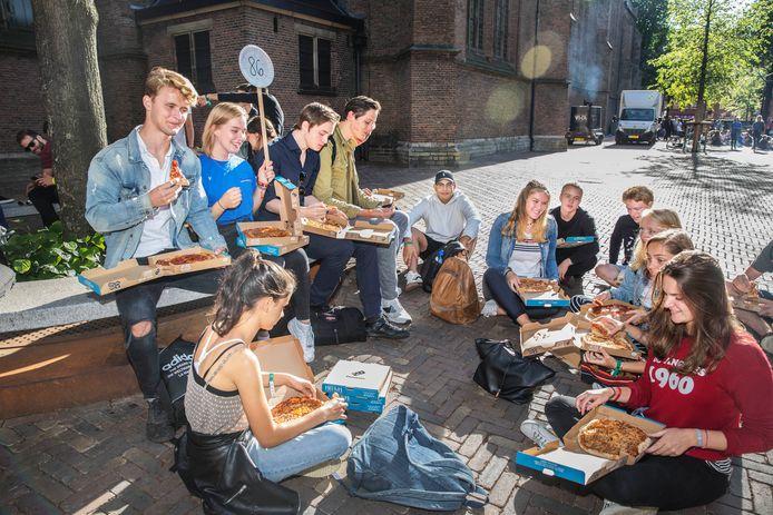 De bijna-studenten genieten van pizza.
