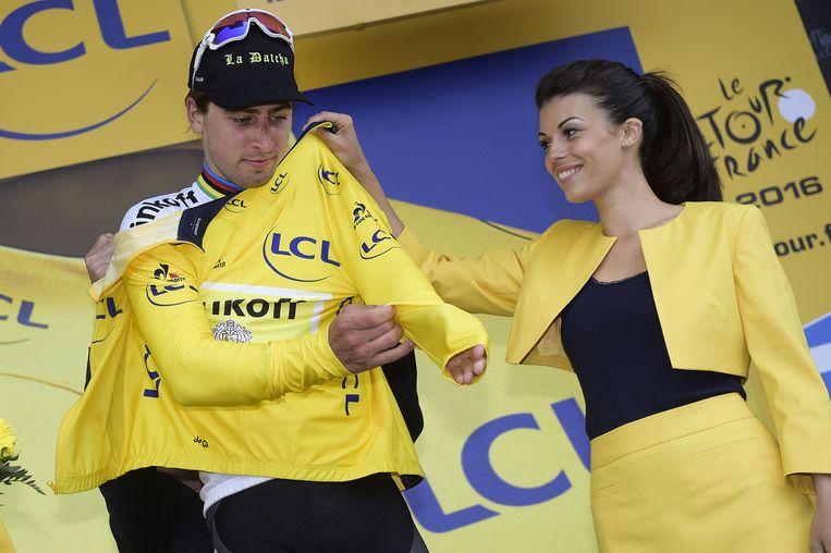 Sagan trekt het geel over zijn regenboogtrui. Beeld belga