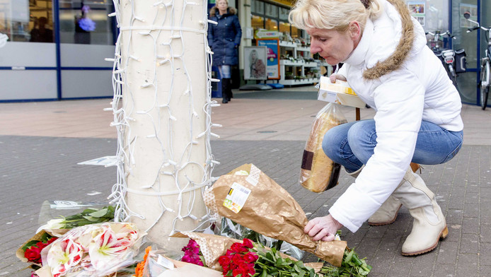 Een vrouw legt bloemen op de plek van de omgekomen straatmuzikant Zdravko Vazov.