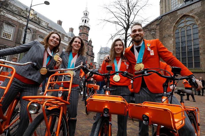 Bibian Mentel, Ireen Wust, Suzanne Schulting en Kjeld Nuis na de huldiging van de medaillewinnaars winterspelen 2018 PyeongChang in de Grote Kerk.