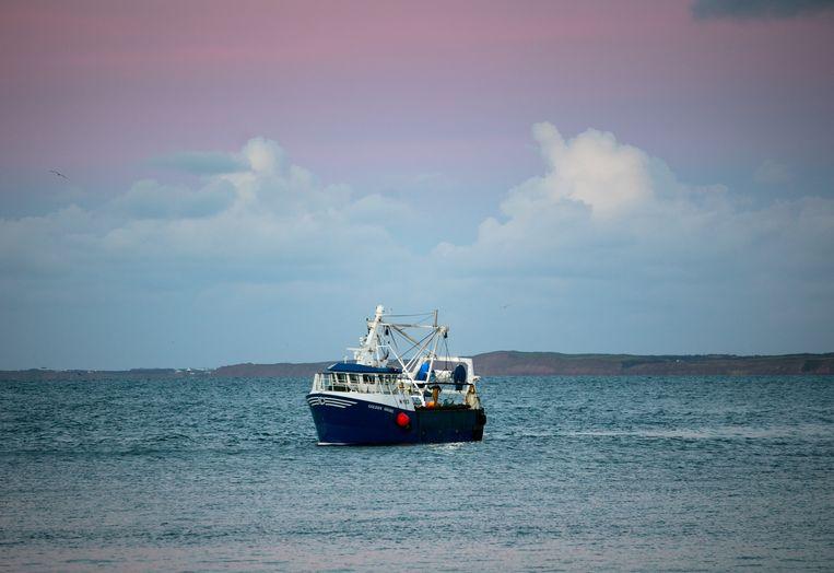 Een vissersboot voor de kust van Isle of Man, een belastingparadijs.  Beeld Getty Images