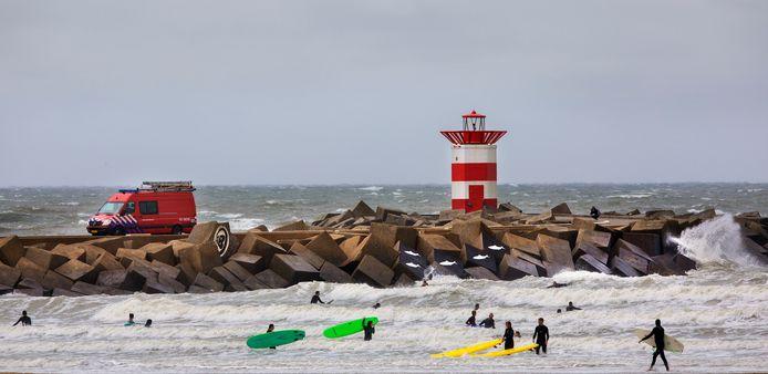 """Surfers zouden graag een vaste reddingsploeg op het strand van Scheveningen zien. ,,Waarom zetten we er niet permanent professionals neer?"""", vraagt surflerares Natasha Smit zich af."""